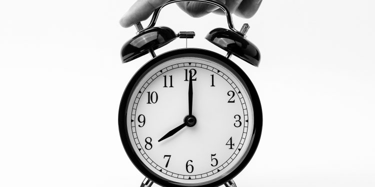 8-o-clock-alarm-clock-analogue-1198264